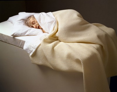Ron Mueck, Old Woman in Bed, 2000, National Gallery of Canada, Ottawa, Purchased 2001, Photo © NGC.