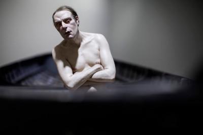 """""""Man in a Boat"""" by Ron Mueck, 2002. Matériaux divers. 149x138x425,5 cm. Anthony D'Offay, Londres. Photo Thomas Salva / Lumento pour la Fondation Cartier pour l'art contemporain, 2013."""
