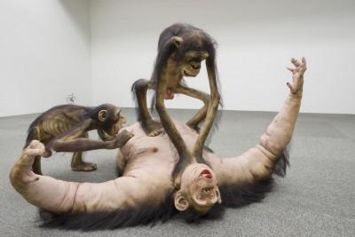 Tony Matelli – sculpture hyperrealiste – Old Enemy, New Victim2, 2006 / tonymatelli.com
