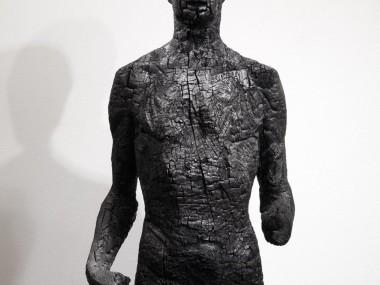 Aron Demetz – sculptures carbonisees – Charcoal sculpture