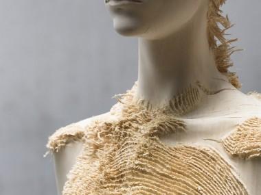 New Distressed Wood Figures by Aron Demetz / sculpture