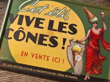 Auguste Derriere – Plaque metal vive les cones en vente sur leur boutique
