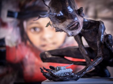 Herakut – Close Your Hands And Stop The War – sculpture / Street artist