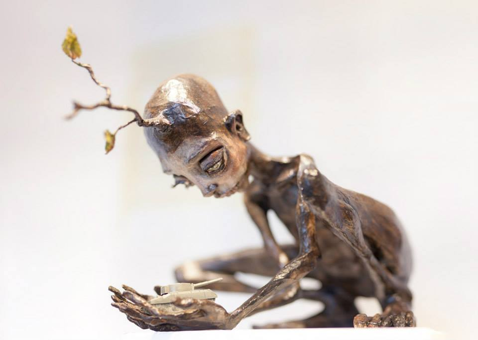 Herakut – Close Your Hands And Stop The War – sculpture / Street artist