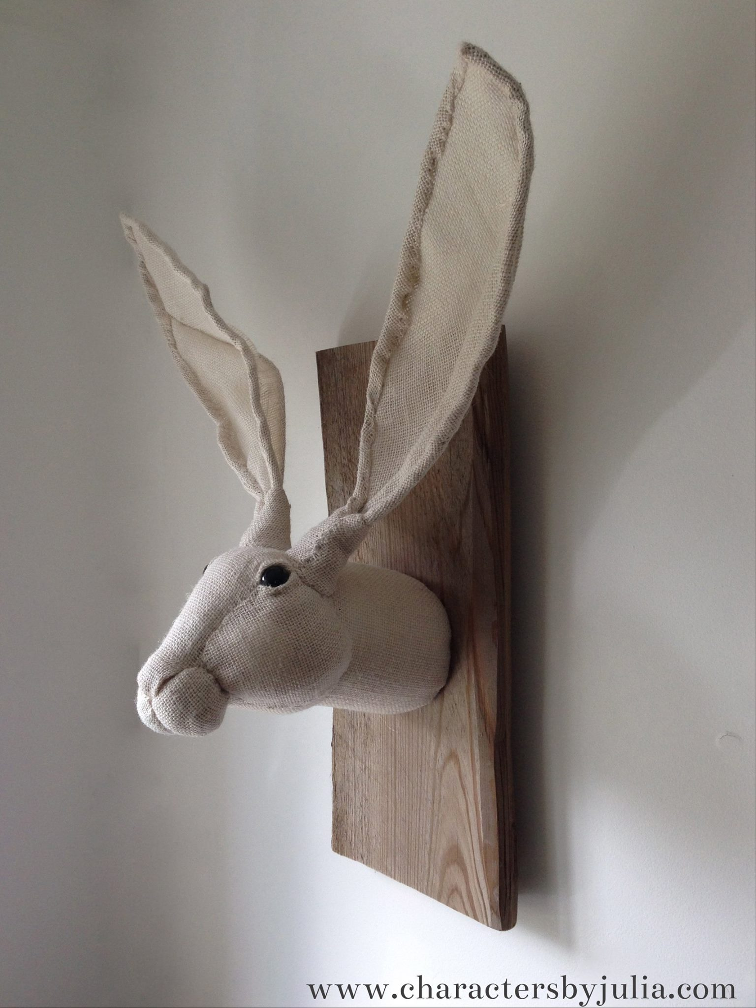New hessian hare trophy – Julia trophee textile