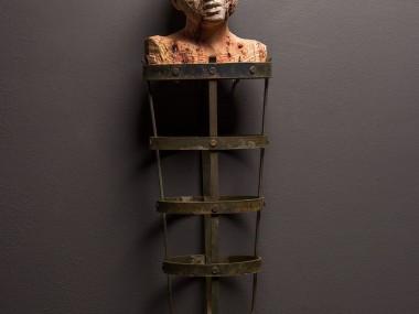 Christian Zucconi – Innocente (2017) Stone and iron, cm 66 x 21 x 16