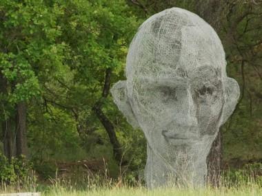 sculptures fil de fer by Pauline Ohrel – le veilleur bienveillant du Luberon- 3,3m grillage