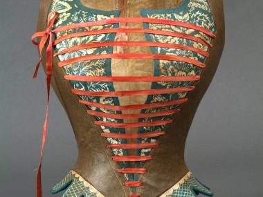Mélanie Bourlon – Papier maché sculptures corset