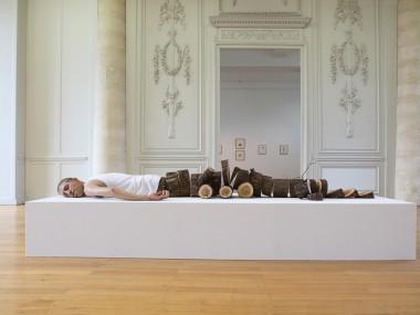 Fabien Mérelle – Sculpture : Tronçonné – 2012 – Silicone, hair, fabric, wood / 2 mètres