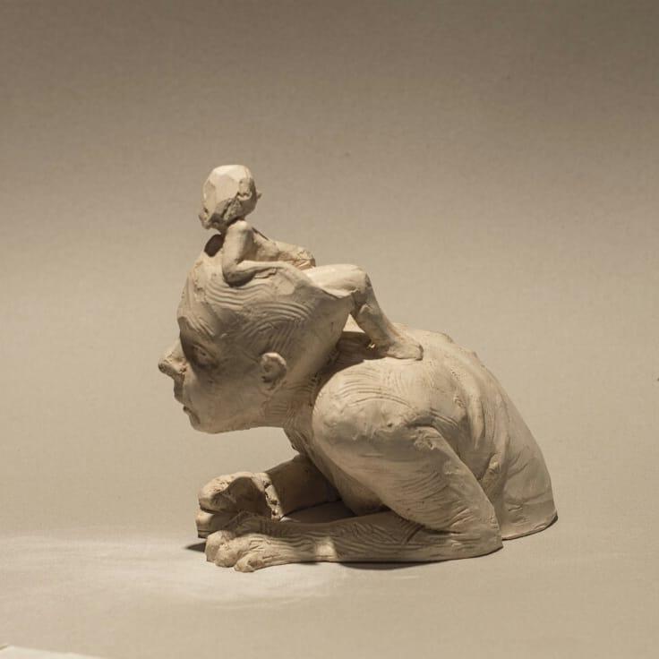 """Fernando Rosas – """"Cómodamente instalada"""" sculpture"""