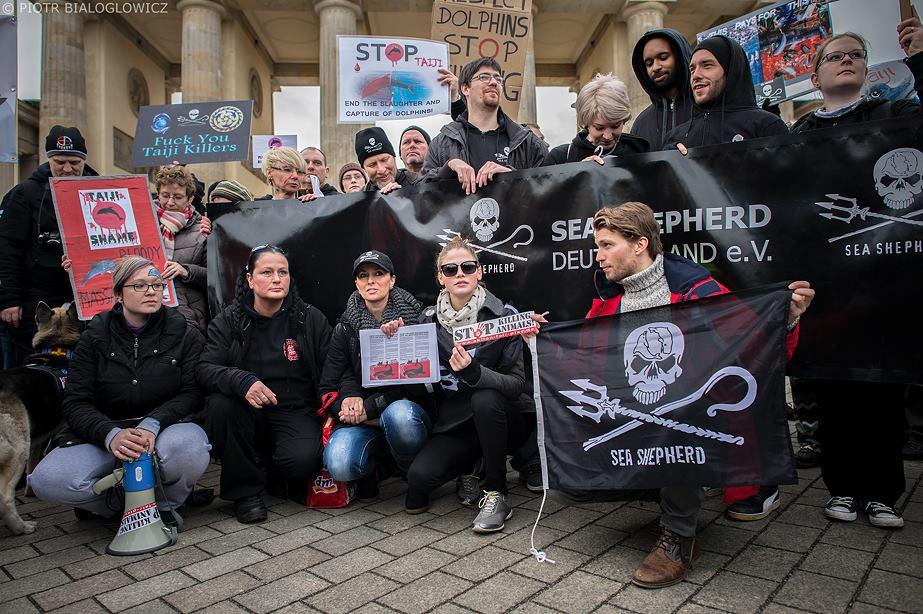 Samedi 8 février 2014, grande manifestation à Berlin contre le massacre des dauphins à Taiji, Japon - Photo : ©Piotr Bialoglowicz